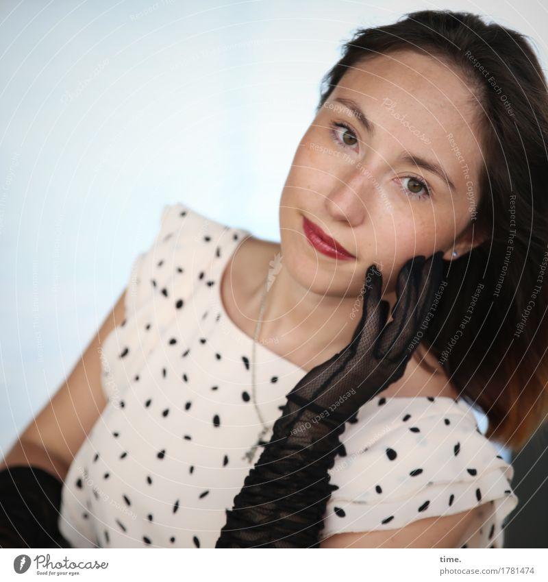 . feminin 1 Mensch Kleid Handschuhe brünett langhaarig beobachten Denken festhalten Blick schön Zufriedenheit selbstbewußt Willensstärke Vertrauen
