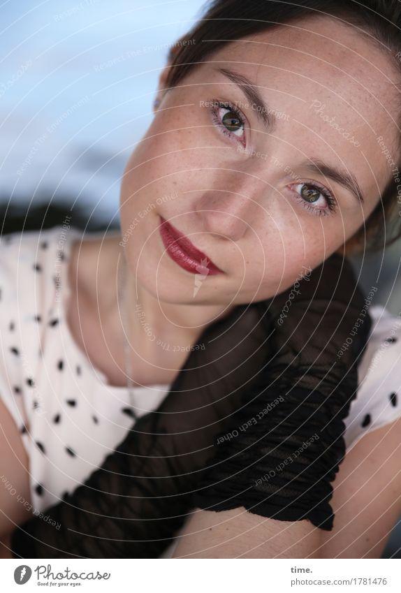 . feminin Frau Erwachsene 1 Mensch Flussufer Kleid Handschuhe brünett langhaarig beobachten Denken Lächeln Blick warten elegant schön Glück Zufriedenheit