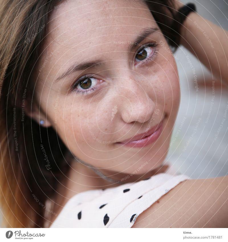. Mensch Frau schön Erwachsene Leben Bewegung feminin Glück Zufriedenheit Fröhlichkeit warten Lächeln Lebensfreude beobachten Neugier Kleid
