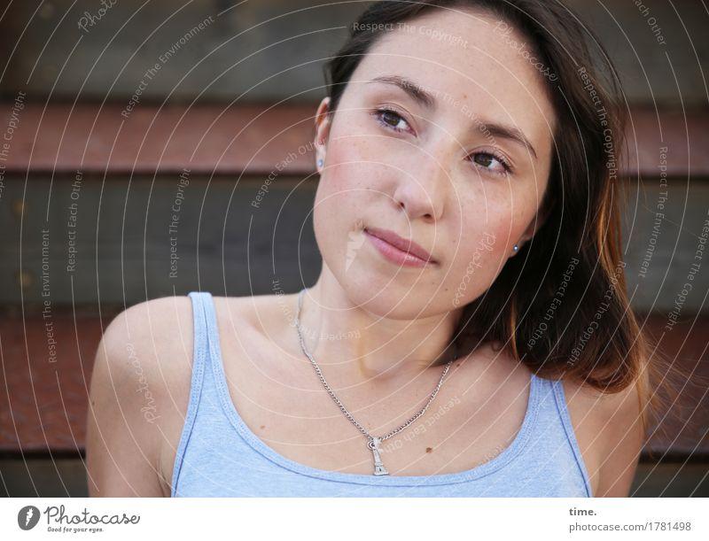 . Mensch schön ruhig Leben feminin Zeit Denken Treppe Zufriedenheit sitzen warten beobachten Freundlichkeit Neugier Sicherheit T-Shirt