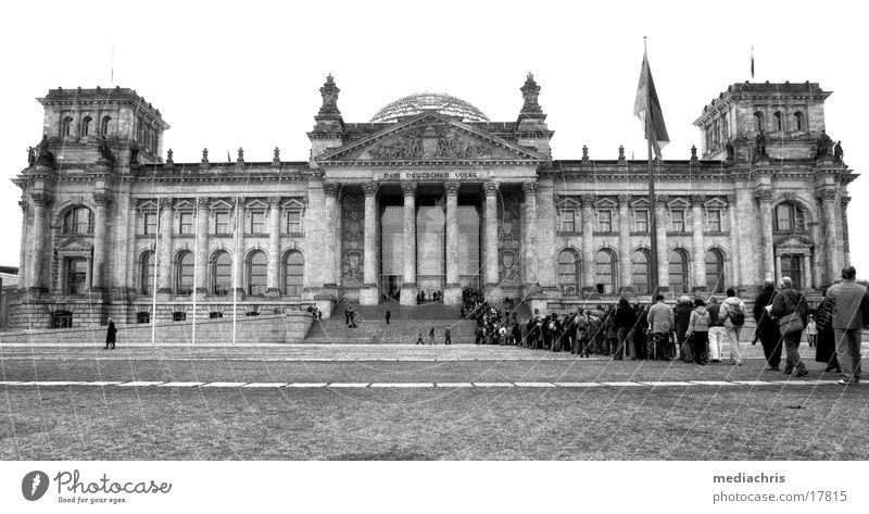 ReichstagReichstag Mensch Berlin warten Europa Deutscher Bundestag