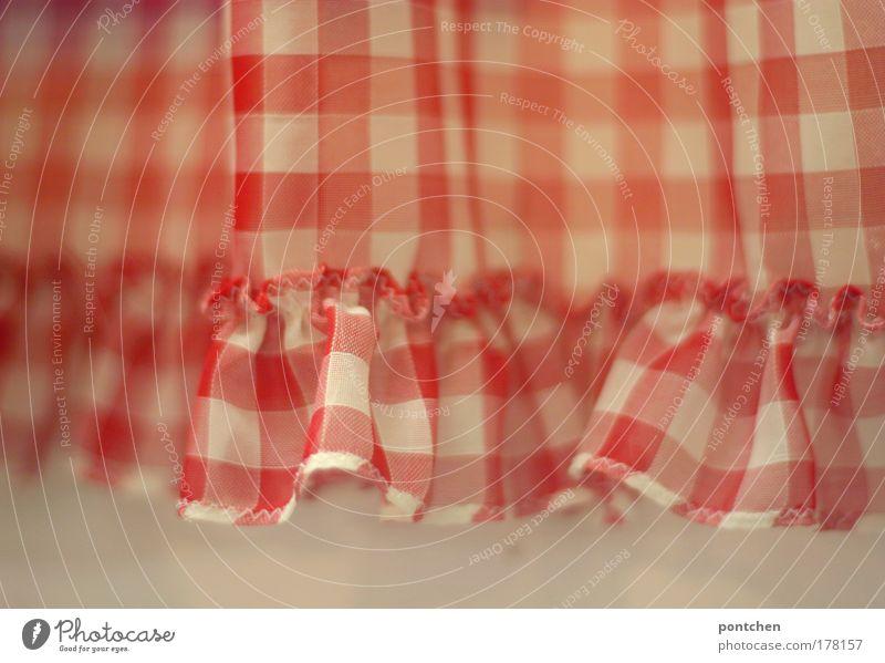 Ein rot-weiß karierter Vorhang mit rüschen vor weißer Wand. Dekoration, altmodisch Häusliches Leben Wohnung einrichten Dekoration & Verzierung Wohnzimmer Bad