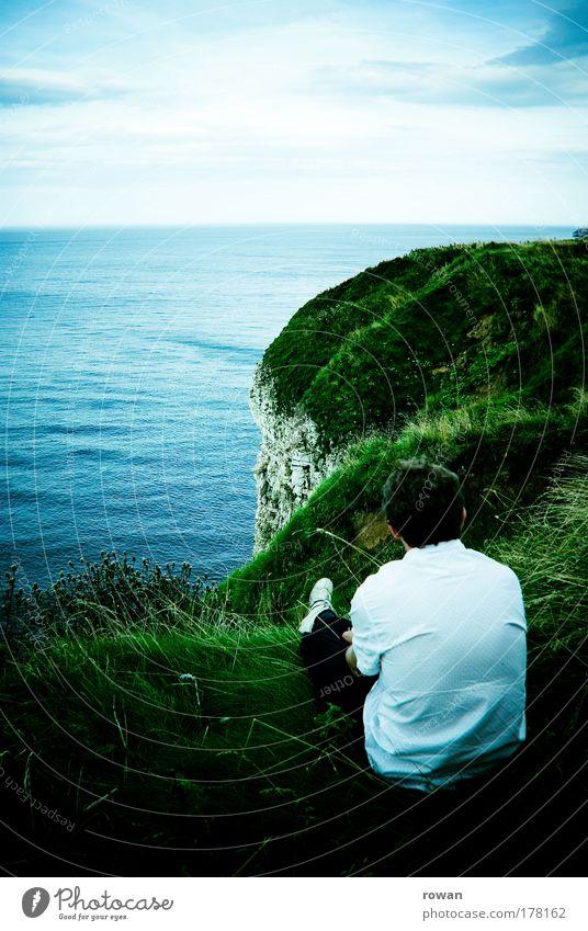 Ruhe Farbfoto Außenaufnahme Textfreiraum oben Tag Mensch maskulin Mann Erwachsene 1 beobachten Erholung genießen Blick sitzen träumen Unendlichkeit
