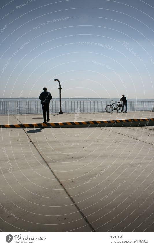 Konspiratives Treffen Ferien & Urlaub & Reisen Ausflug Fahrradtour maskulin 2 Mensch Himmel Wolkenloser Himmel Horizont Schönes Wetter Platz warten grau Laterne
