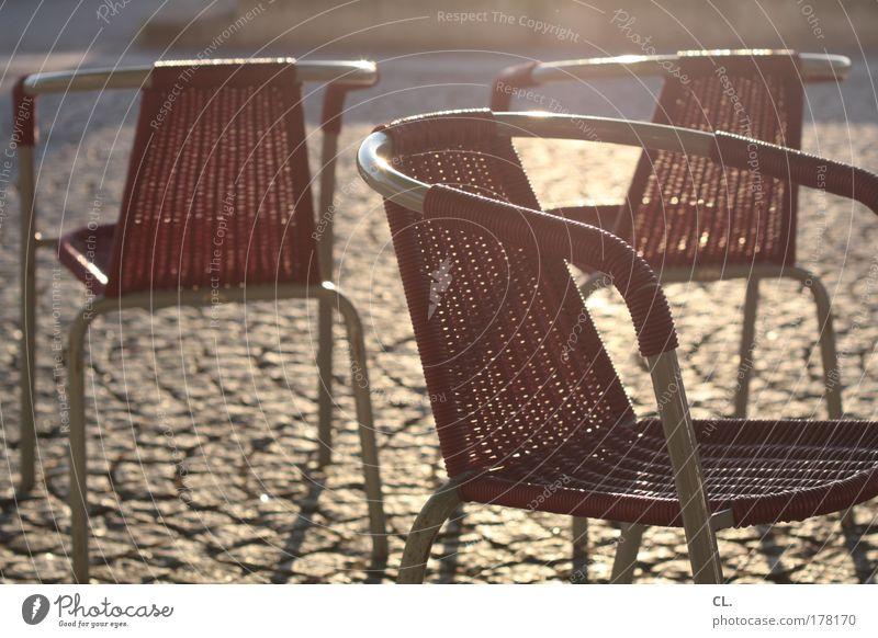 sommerstühle Erholung ruhig Stuhl Wärme Frühlingsgefühle Warmherzigkeit Langeweile Kommunizieren Zusammenhalt Pflastersteine Restaurant Rhein Düsseldorf