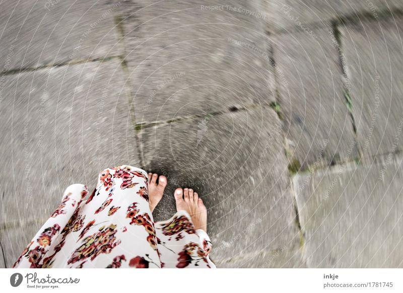 Twist Lifestyle Stil Freude Leben Freizeit & Hobby Spielen Frau Erwachsene Fuß Barfuß Frauenfuß Terrasse Rock Kleid drehen Tanzen wild Gefühle Stimmung