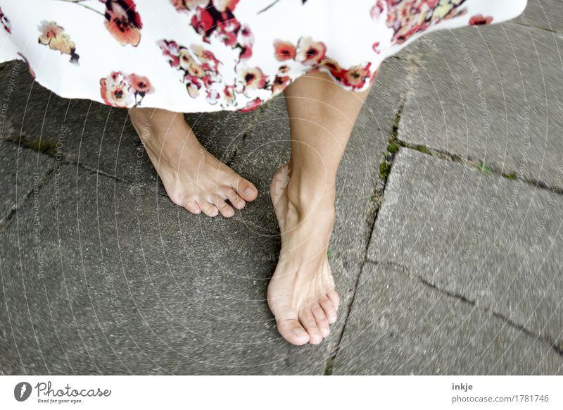 Tanzen Lifestyle Stil Freude schön Leben Freizeit & Hobby Frau Erwachsene Fuß Frauenfuß Barfuß 1 Mensch Rock Kleid Sommerkleid Blumenmuster drehen gehen stehen