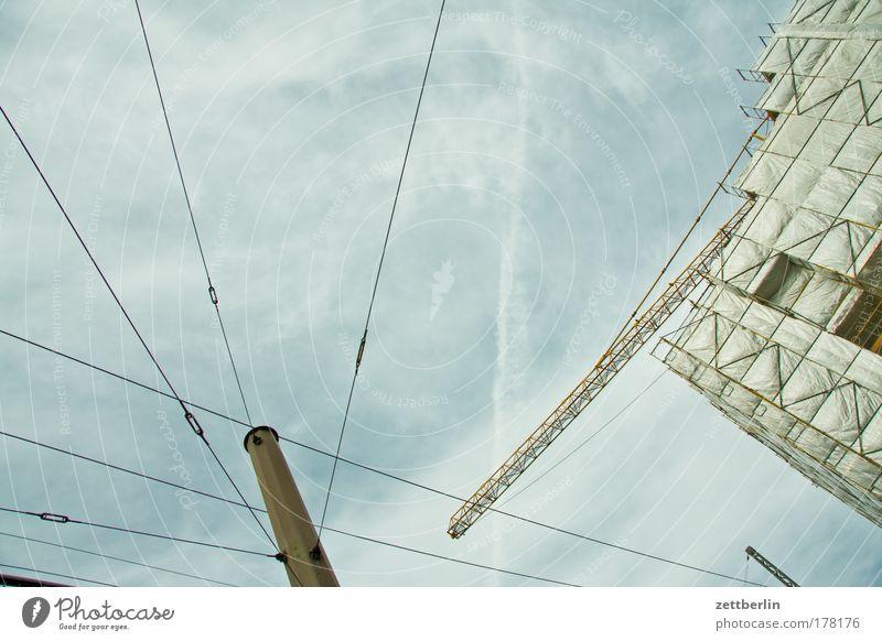 Pergamon Himmel Wolken Fassade Baustelle Strommast Leitung Fahnenmast Telefonmast Baugerüst Gerüst Abdeckung Wolkendecke Telekommunikation Oberleitung Rüstung