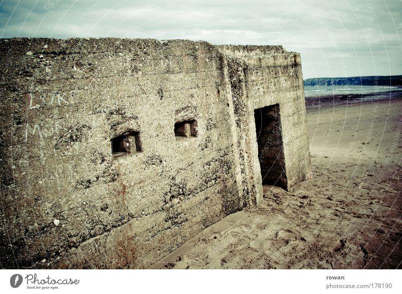 D-Day alt Strand Einsamkeit dunkel Gebäude Architektur Tür Beton bedrohlich Schutz Grenze Denkmal Bauwerk historisch Eingang
