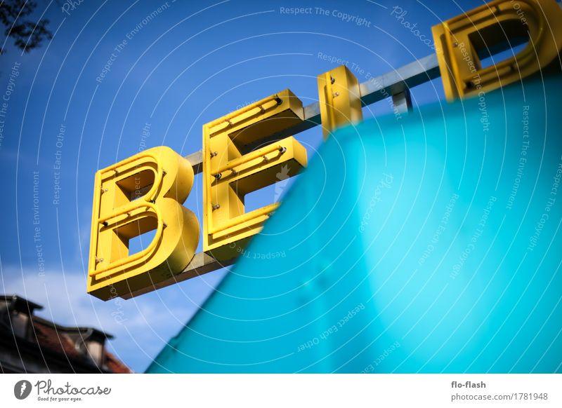 Ein bisschen BE! Erotik gelb Stil Gebäude Kunst Business Mode Tourismus Design leuchten Kommunizieren Kultur kaufen Zeichen Buchstaben Gastronomie