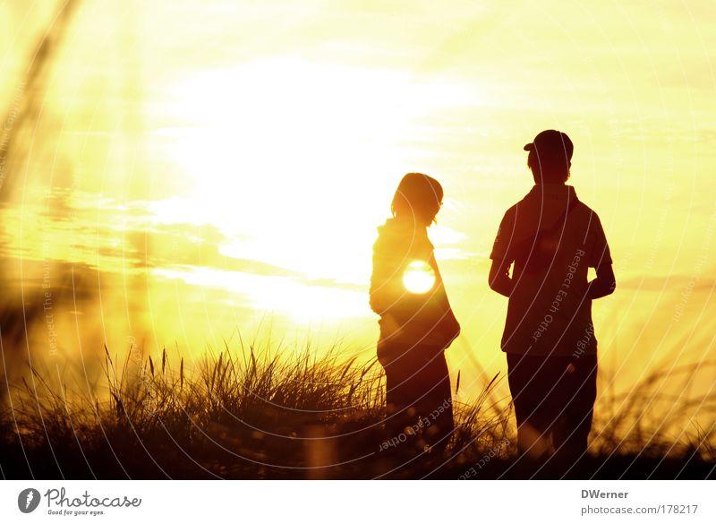 Sonnenkinder Mensch Himmel Natur Jugendliche schön Wolken ruhig Gefühle Junge Frau Glück Junger Mann maskulin stehen Schönes Wetter Romantik Sonnenuntergang