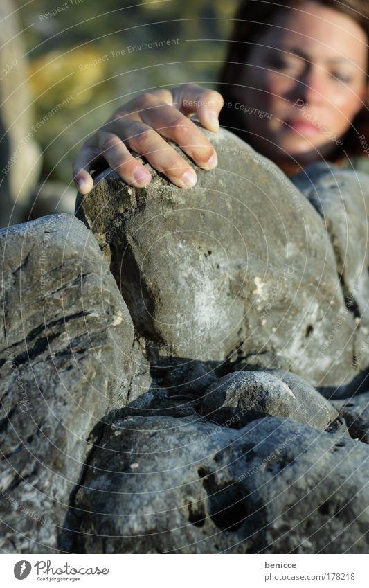 und hoch Klettern wandern Frau Hand austieg anstrengen Erfolg aufwärts Stein Berge u. Gebirge Felsen Sport Mensch festhalten gefährlich Risiko bedrohlich