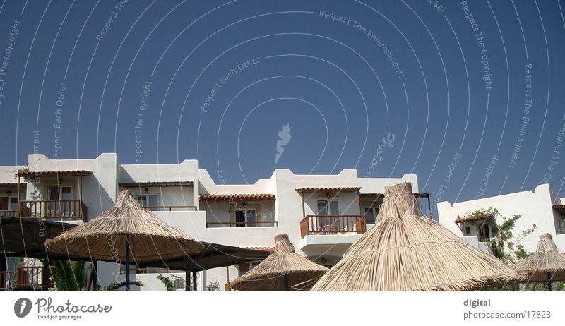 siesta Hotel Balkon Stroh heiß Europa Himmel blau Schatten