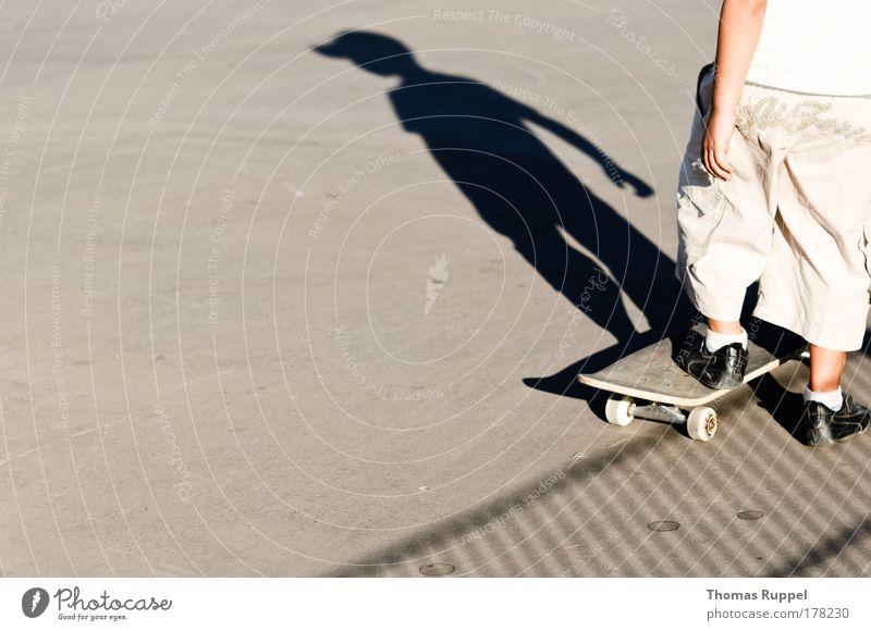 Skaten Farbfoto Gedeckte Farben Außenaufnahme Textfreiraum links Textfreiraum unten Tag Schatten Silhouette Wegsehen Freizeit & Hobby Skateboard Skateboarding