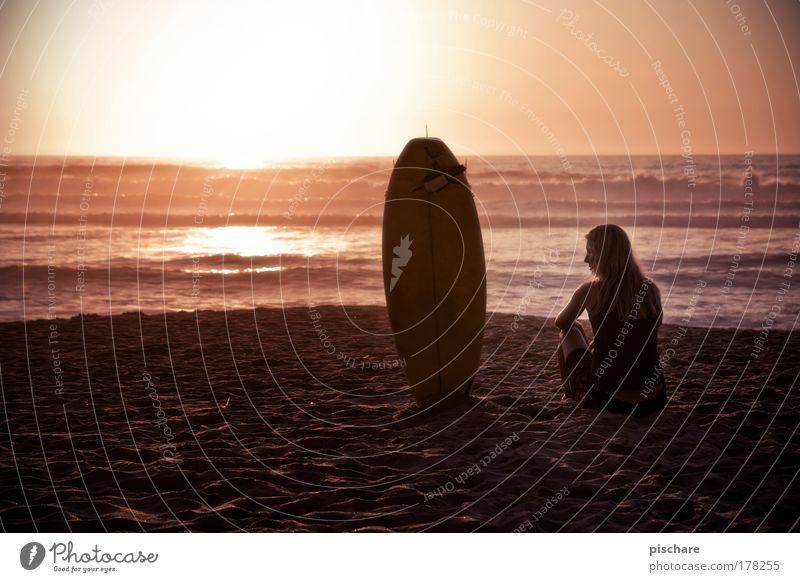 My Girl Frau schön Sommer Strand Meer Erholung Freiheit Sand Denken Erwachsene Wellen Zufriedenheit blond warten Horizont ästhetisch