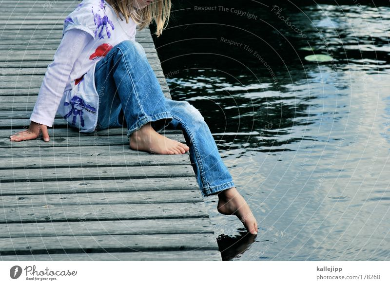 schule hat begonnen Mensch Kind Wasser Ferien & Urlaub & Reisen Meer Mädchen kalt Beine Fuß Kindheit Schwimmen & Baden blond sitzen Haut Lifestyle T-Shirt