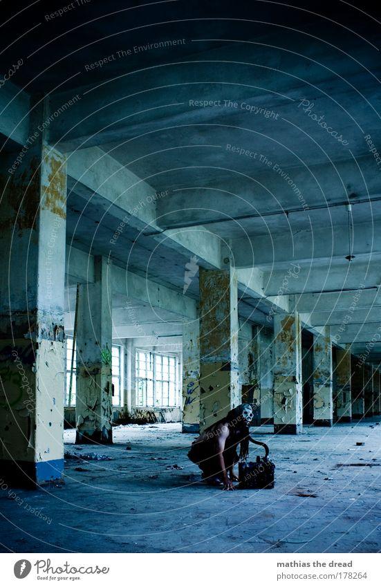 GROßRAUMBÜRO Mensch Mann alt blau grün Einsamkeit Erwachsene Architektur grau Gebäude gehen warten Beton maskulin Industrie T-Shirt