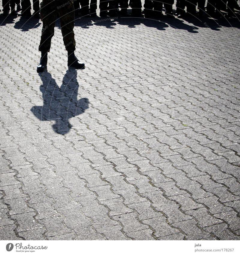 Ich zähle jetzt bis 10... Gedeckte Farben Außenaufnahme Textfreiraum unten Tag Licht Schatten Mann Erwachsene Beine Fuß Schuhe Stiefel stehen Bundeswehr Militär