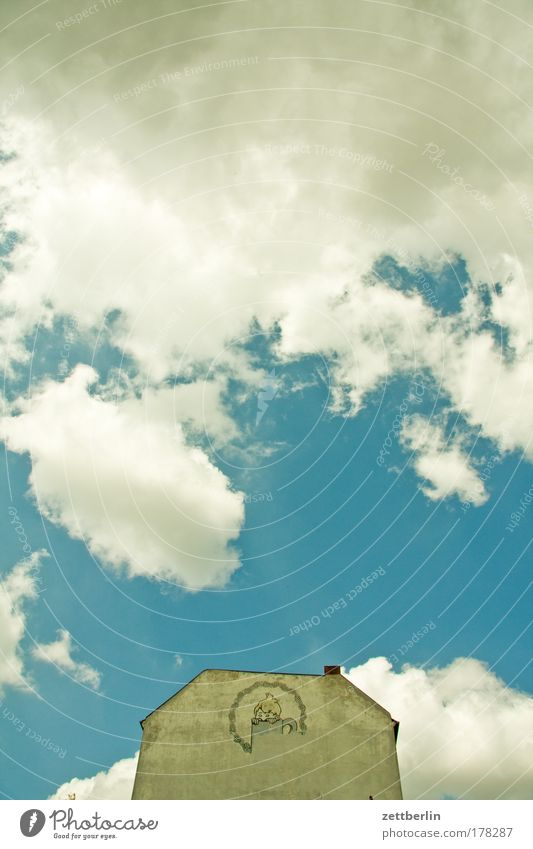 Bier Himmel Sommer Wolken Haus Berlin Mauer Fassade Schilder & Markierungen Werbung Werbebranche Dachgiebel Warenzeichen Getränk Brandmauer