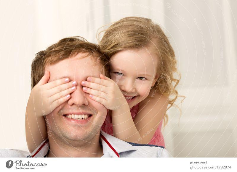 Tochter, die mit dem Vater schließt seine Augen spielt Freude Glück Spielen Kind Mensch Mädchen Junger Mann Jugendliche Erwachsene Familie & Verwandtschaft