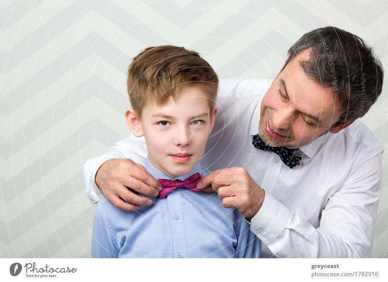 Vater hilft Sohn beim Anpassen einer Fliege. Vorbereitung vor wichtigem Ereignis Freude Glück schön Kind Mensch Junge Mann Erwachsene Eltern