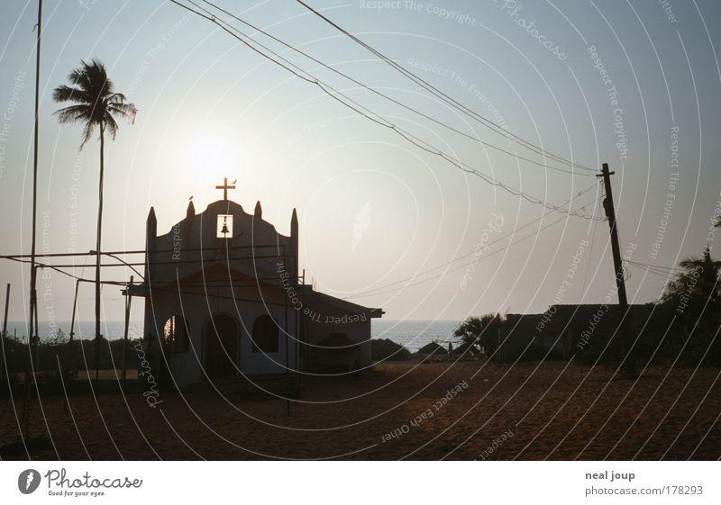Kirche in 1a-Lage Himmel ruhig Einsamkeit Erholung träumen Landschaft Religion & Glaube Küste klein Armut Sicherheit Kirche Tourismus Kommunizieren Romantik Frieden
