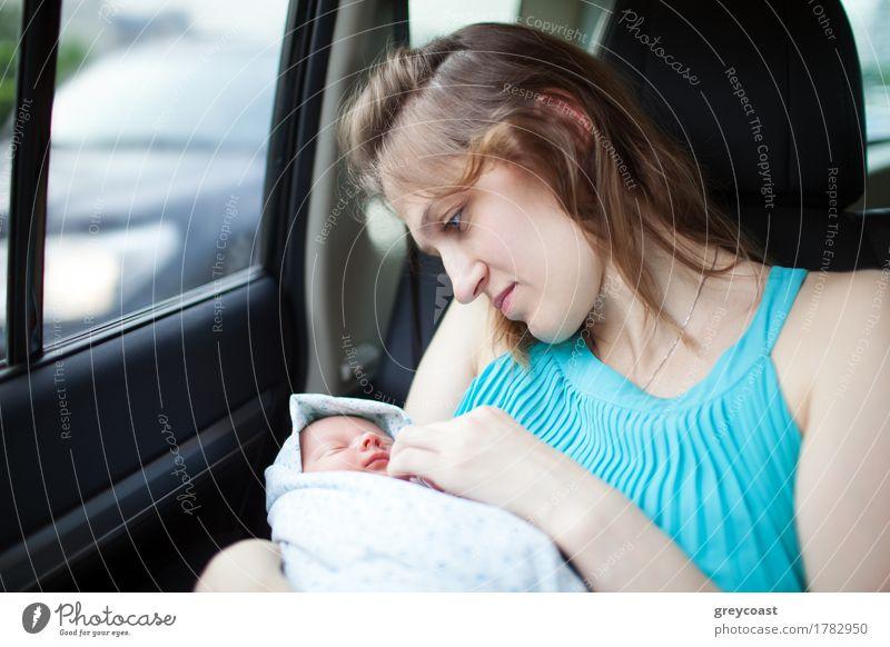 Mutter mit Neugeborenen im Auto Mensch Frau Kind Ferien & Urlaub & Reisen Jugendliche 18-30 Jahre Gesicht Erwachsene Leben Liebe Familie & Verwandtschaft klein