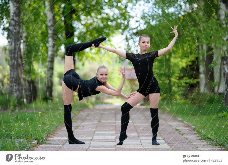 Warm-Up von Teen Rhythmische Gymnasts Mensch Jugendliche Sommer weiß Mädchen Straße Sport Kunst 13-18 Jahre Körper Eisenbahn sportlich horizontal beweglich