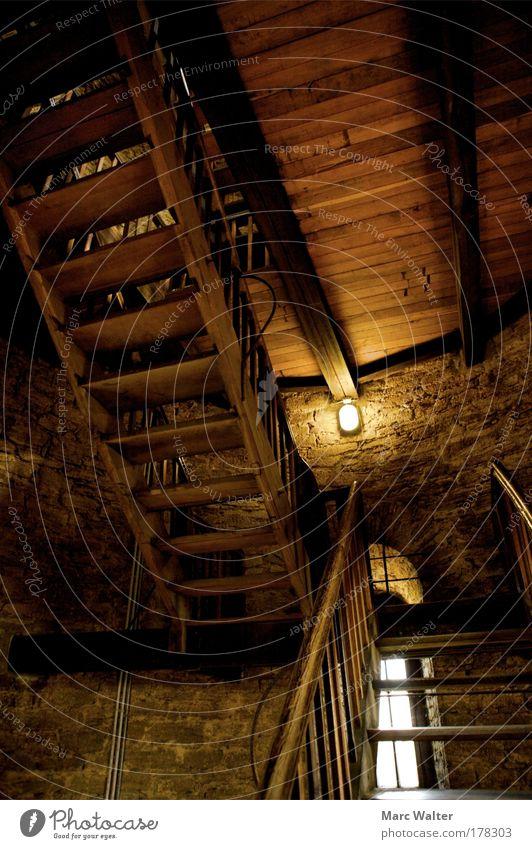 Holz & Stein Ruine Bauwerk Mauer Wand Fenster Stimmung Warmherzigkeit authentisch Treppe Treppenhaus Lampe Holzfußboden steinig Steinmauer Steinwand Burgturm