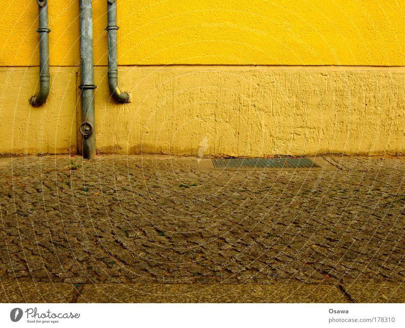Dreier Wand Mauer Röhren Eisenrohr Fallrohr Regenrinne Metall Metallwaren Stein orange Gebäude Straße Kopfsteinpflaster Bürgersteig Putz Rauputz Detailaufnahme