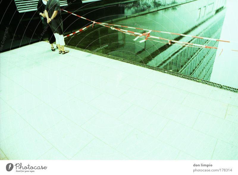 tief oben Mensch Wasser grün Haus Gebäude Architektur Hochhaus Schwimmbad Baustelle analog Bauwerk Teich Cross Processing