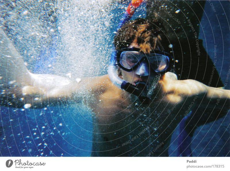 Im Rausch der Tiefe Natur Jugendliche Freude Umwelt Leben Sport Glück Freundschaft Kindheit Schwimmen & Baden Arme maskulin authentisch Schwimmbad Unterwasseraufnahme tauchen