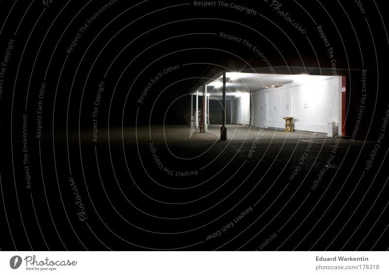 nachtleer 02 Deutschland Europa Menschenleer Haus Stimmung Parkplatz Paletten Nacht schwarz dunkel Licht Beleuchtung Einsamkeit Farbfoto Außenaufnahme
