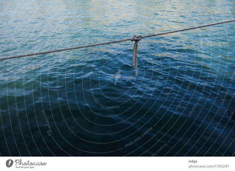 Seemannsknoten Wasser Meer Schifffahrt Hafen Seil Linie Knoten festhalten einfach maritim blau Sicherheit Wasseroberfläche Glätte Meerwasser festbinden diagonal