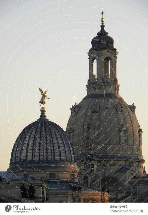zu dir oder zu mir? Farbfoto Außenaufnahme Menschenleer Abend Zentralperspektive Tanzen Himmel Wolkenloser Himmel Dresden Deutschland Europa Kirche Bauwerk