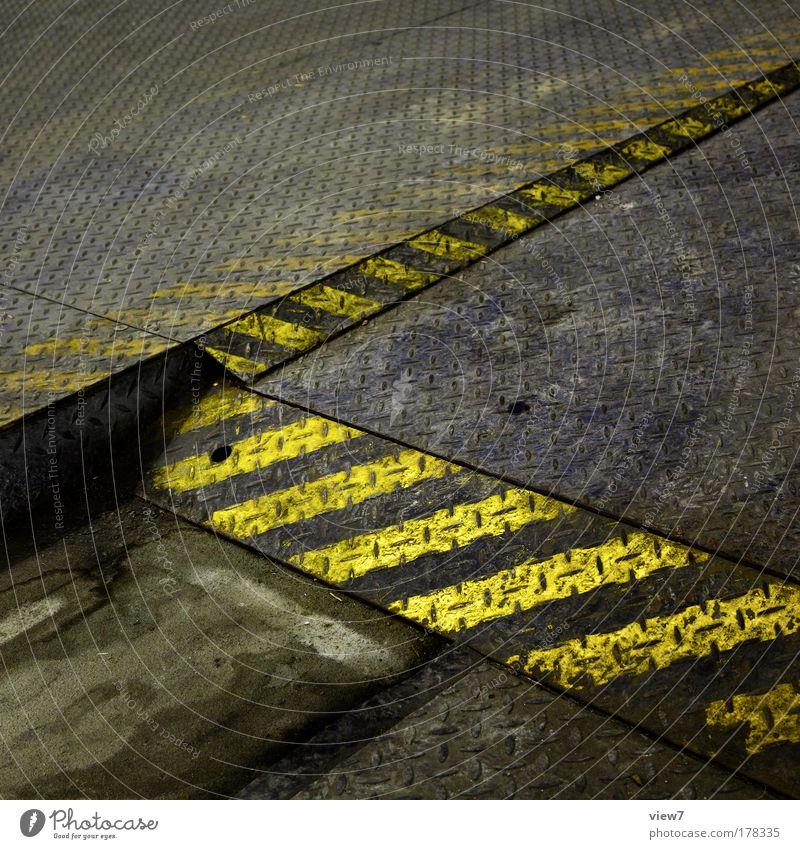 dreckig gestreift alt gelb Straße Metall Schilder & Markierungen Ordnung Verkehr groß ästhetisch trist Streifen Güterverkehr & Logistik Hinweisschild Stahl Dienstleistungsgewerbe Rost