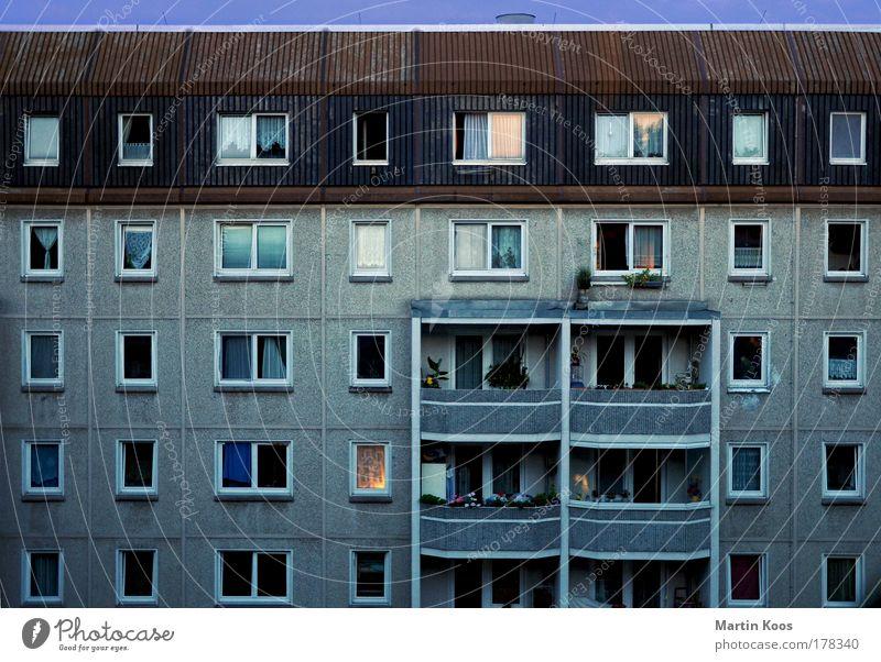 fenstertheater Stadt Haus Hochhaus Architektur Plattenbau Neubau Fassade Balkon Fenster eckig Klischee trist Platzangst Armut Ferne Häusliches Leben