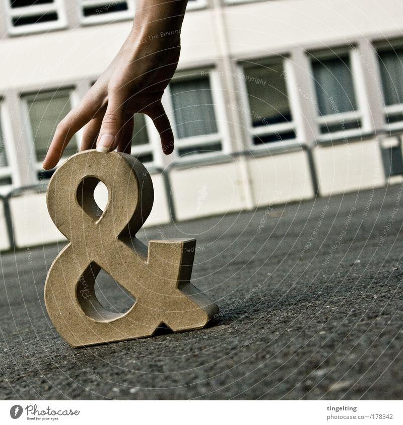 & weg Hand weiß Einsamkeit Haus Fenster grau Bewegung Gebäude braun Finger Papier Schriftzeichen stehen trist rund Kommunizieren