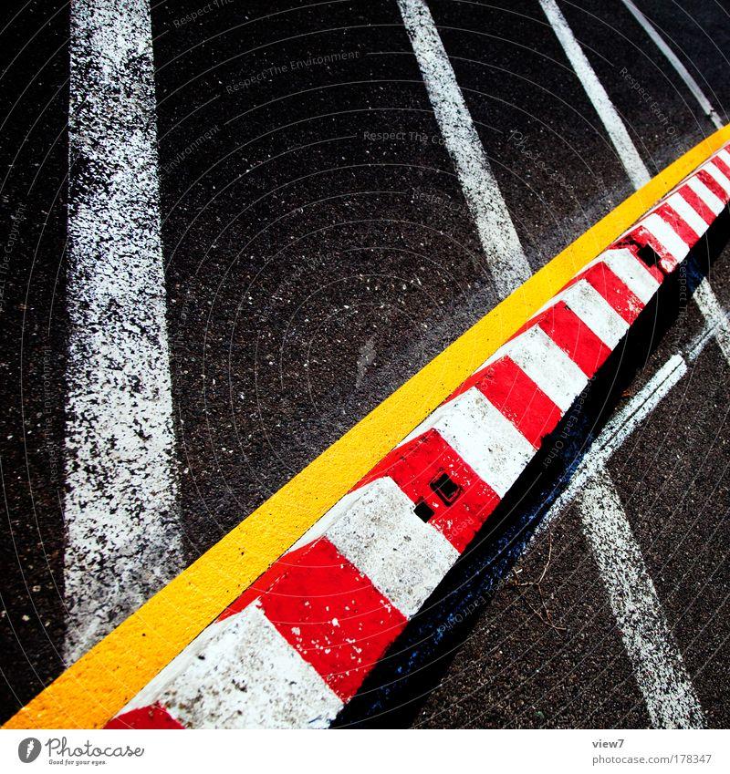 Umleitung rot gelb Straße Stein Wege & Pfade Linie Design Schilder & Markierungen Beton Verkehr Perspektive Ordnung Güterverkehr & Logistik authentisch einfach Streifen