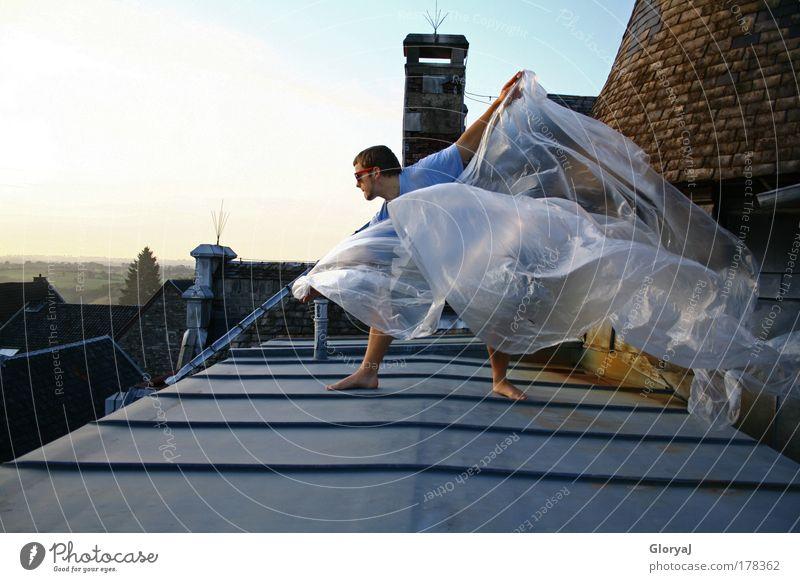 Wir sehen uns später... Mensch Himmel Jugendliche weiß Sommer Freude Haus Erwachsene Umwelt Freiheit Stil Denken Fuß Wind fliegen elegant