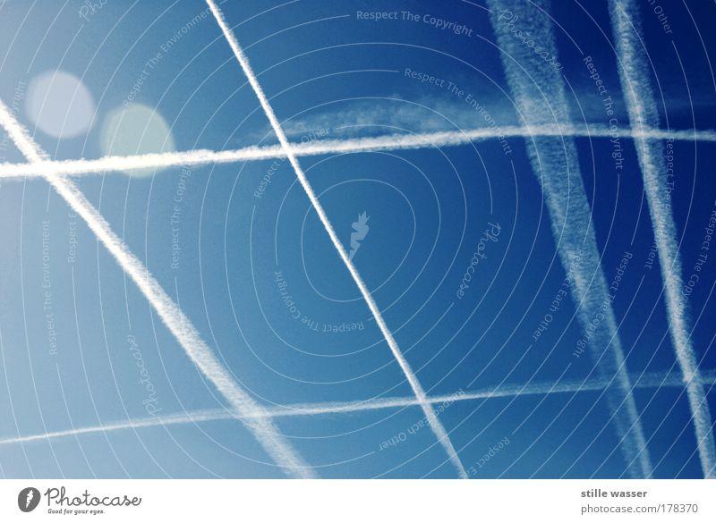 Winkelkondens Himmel blau Ferien & Urlaub & Reisen Sommer Umwelt Luft fliegen Flugzeug Wassertropfen Tourismus Verkehr Klima Luftverkehr Rauch Verkehrswege
