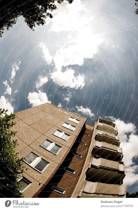 Gorbitz Farbfoto Gedeckte Farben Außenaufnahme Menschenleer Textfreiraum oben Tag Licht Sonnenlicht Sonnenstrahlen Gegenlicht Fischauge Wohnung Himmel Wolken