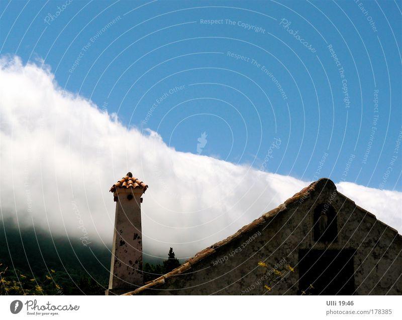 Da braut sich was zusammen! Himmel Natur blau weiß Ferien & Urlaub & Reisen Sommer Wolken Ferne Landschaft Gefühle Berge u. Gebirge Gebäude Stimmung Horizont Kraft Insel
