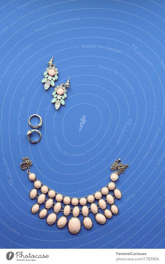 Schmuck_1783904 Accessoire feminin Halskette Statementkette Ring Ohrringe edel elegant blau Hintergrund neutral liegen Dekoration & Verzierung Mode rosa