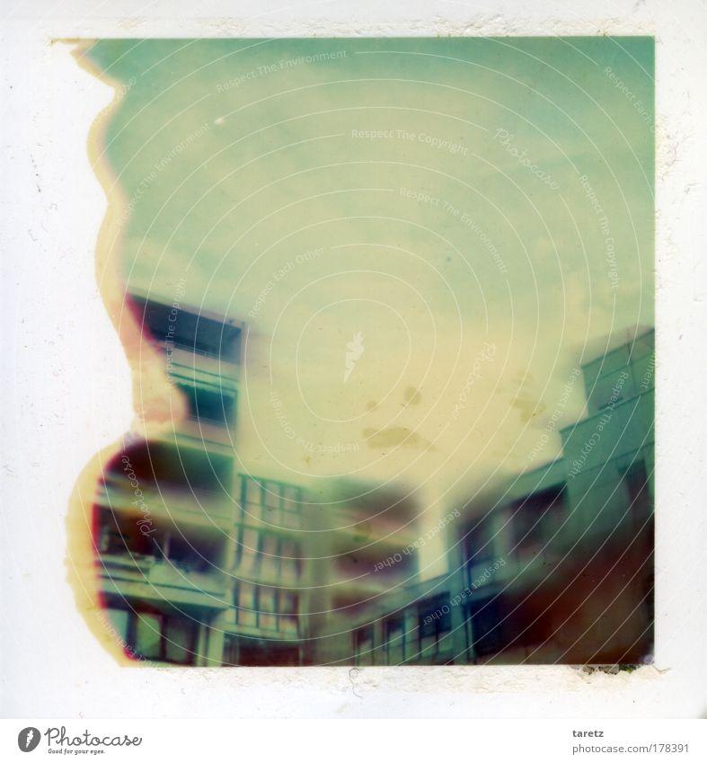 Geisterstadt blau alt weiß Stadt Einsamkeit Haus Traurigkeit außergewöhnlich dreckig Polaroid Beton Häusliches Leben Zukunft trist bedrohlich gruselig