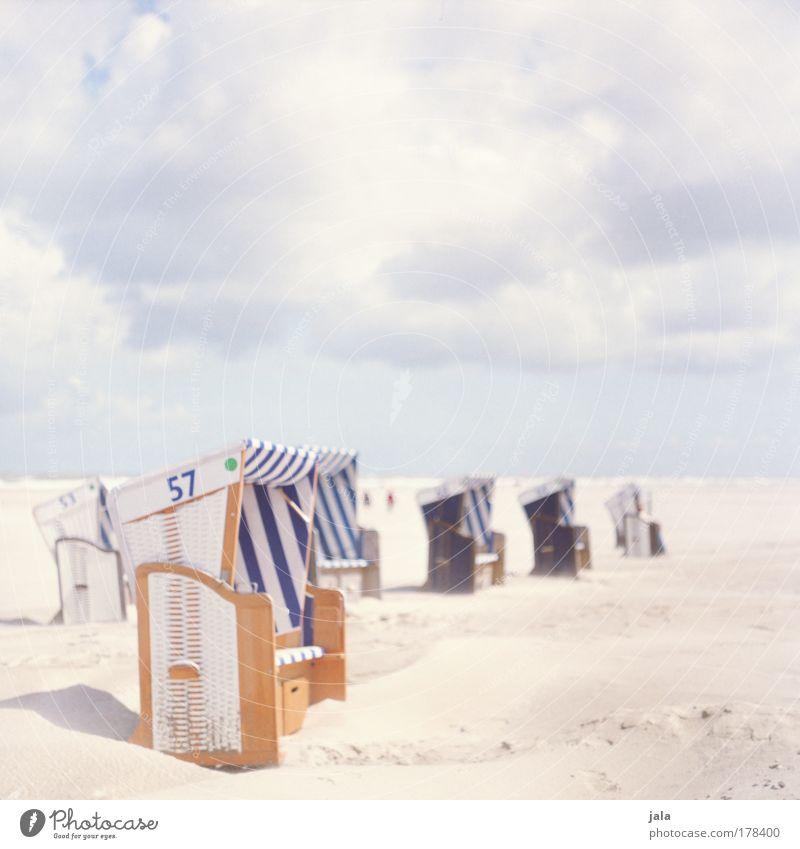 Strandkorbgeflüster Farbfoto Außenaufnahme Textfreiraum oben Tag Licht Landschaft Himmel Wolken Schönes Wetter Nordsee Meer genießen hell blau Glück