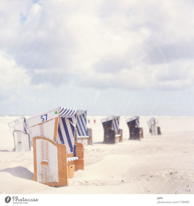 Strandkorbgeflüster Himmel Meer blau Ferien & Urlaub & Reisen Wolken Erholung Glück Landschaft hell Küste Lebensfreude analog genießen Schönes Wetter