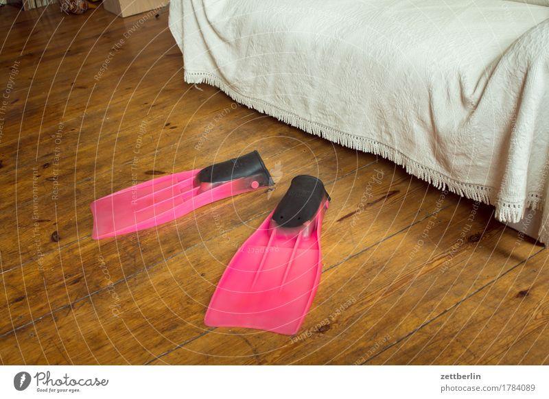 Schwimmflossen Innenarchitektur Sport Wohnung Raum Häusliches Leben Textfreiraum sitzen Schuhe Bekleidung Bodenbelag trocken tauchen Sofa Flur Holzfußboden