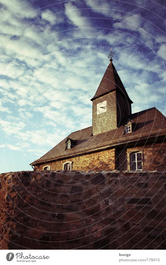 quaerite et invenietis Farbfoto Außenaufnahme Tag Schatten Himmel Wolken Kirche Turm Bauwerk Gebäude Dorfkirche Gotteshäuser Mauer Wand Fenster Dach historisch