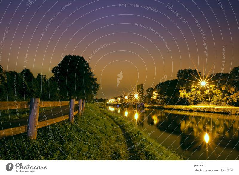 Nachtidylle Farbfoto Gedeckte Farben Textfreiraum oben Kunstlicht Langzeitbelichtung Natur Nachthimmel Baum Gras Wiese Hafenstadt Menschenleer Binnenschifffahrt